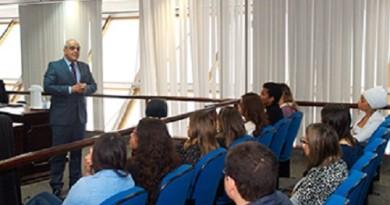Desembargador Lidivaldo Britto conversa com estudantes