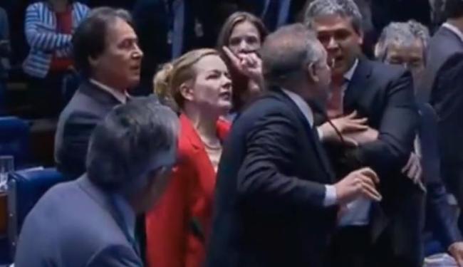 Sessão do impeachment é suspensa após bate-boca