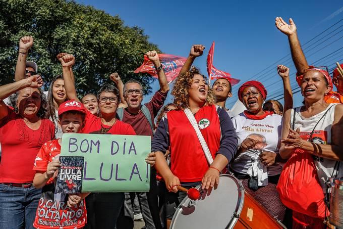 Aliados de Lula se revezam para manter 'vigília' em Curitiba
