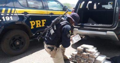 Homem é preso com mais de 40 kg de cocaína embalada com imagem de Pablo Escobar