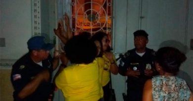 Sem água e luz, professores ocupam Prefeitura de Feira de Santana