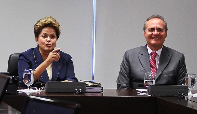 A presidente DIlma Rousseff, ao lado do presidente do Senado, Renan Calheiros, recebe líderes da base aliada no Palácio do Planalto