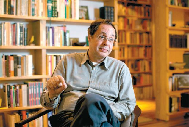 O economista Eduardo Giannetti da Fonseca em sua casa, em São Paulo