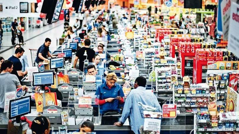 Trabalhadores em um supermercado