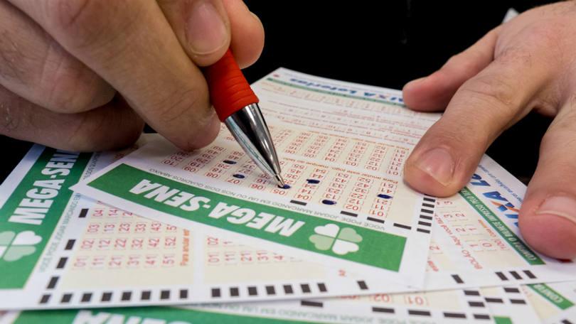 Loteria: pessoa preenche