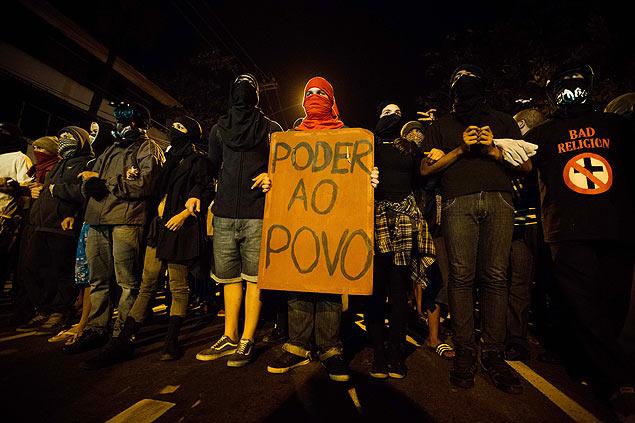 Ativistas mascarados em marcha contra o governador do Rio de Janeiro, Sérgio Cabral, na quinta-feira