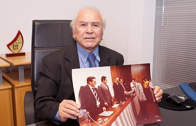 Adenor Martins de Araújo, 72, mostra foto de homenagens pela sua invenção