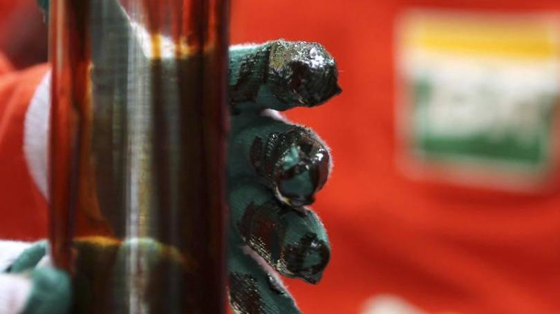 Petróleo sendo examinado na Petrobras