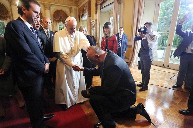 O papa Francisco abençoa o ex-jogador de basquete Oscar Schmidt no Palácio do Governo do Rio de Janeiro
