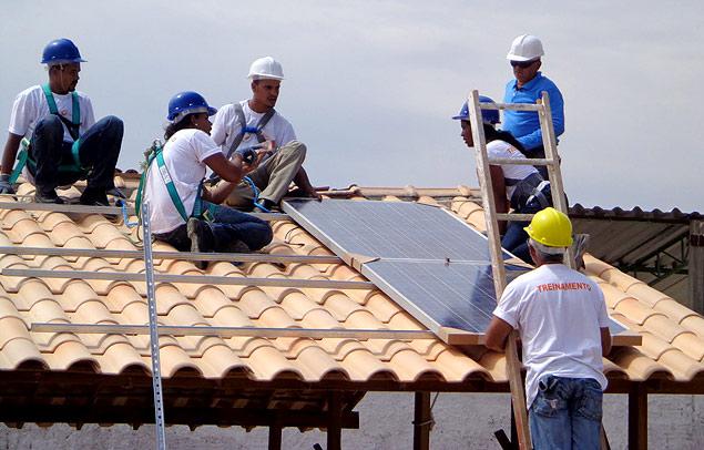 Painel fotovoltaico é instalado em residência do Minha Casa, Minha Vida em Juazeiro (BA)