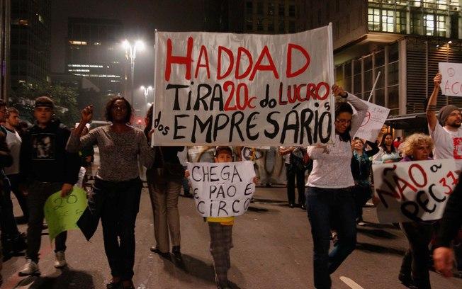 População caminha pela Avenida Paulista em protesto na capital. Foto: Futura Press