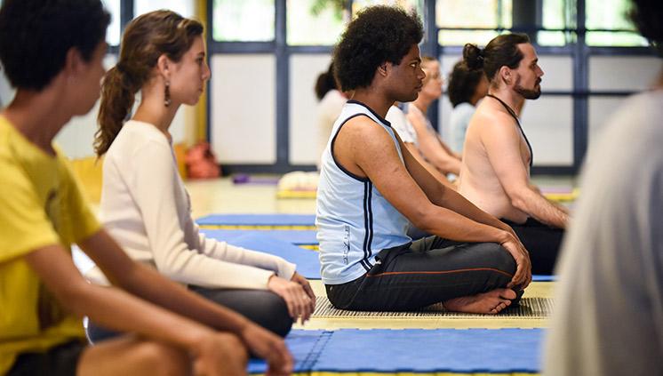A prática milenar da ioga busca a saúde do corpo, da mente e do espírito, ao associar exercícios que desenvolvem a concentração, a flexibilidade e a força (foto: Mariana Leal/MEC)