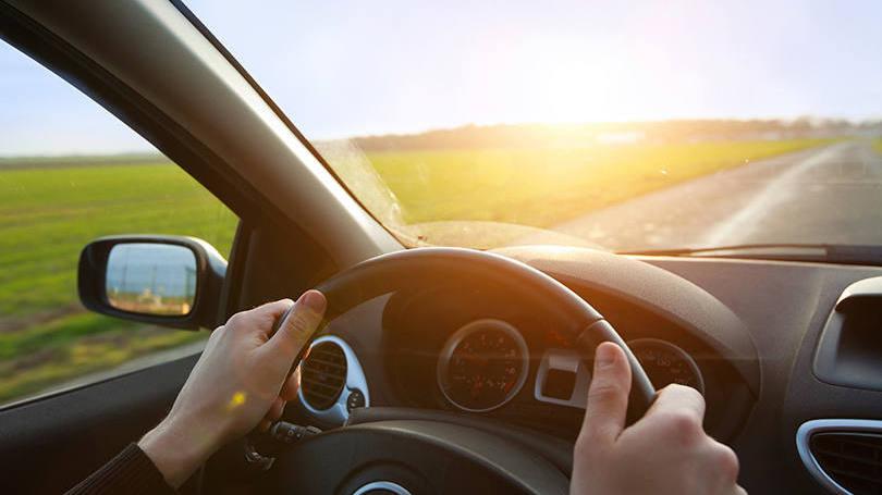 pessoa-dirigindo-em-uma-estrada