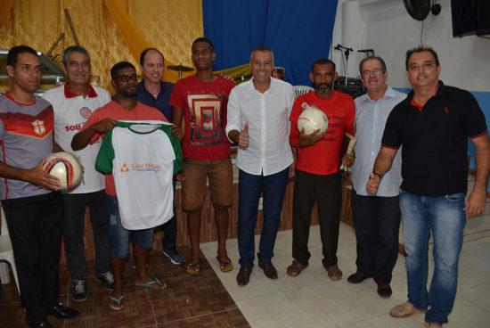 e9886bddf3823 Com apoio do setor empresarial, Prefeitura entrega materiais esportivos à  Liga Barreirense de futebol