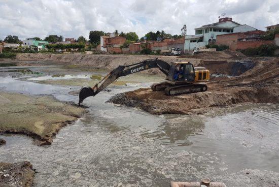 Prefeitura realiza limpeza na Lagoa da Cavada