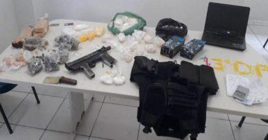 Jovens são presos com metralhadora e drogas