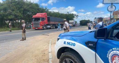 Covid-19: PM e PRF distribuem quentinhas para caminhoneiros na BR-116