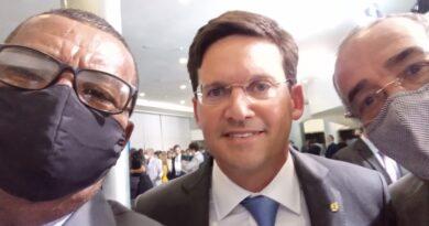 Vice-prefeito Roberto Torres e vereador Djalma Santos participam da posse do ministro João Roma